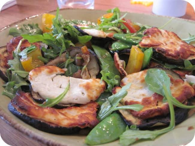 Grillet halloumi med stegte grøntsager
