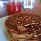 Proteinrige pandekager med rabarberkompot - LCHF opskrift