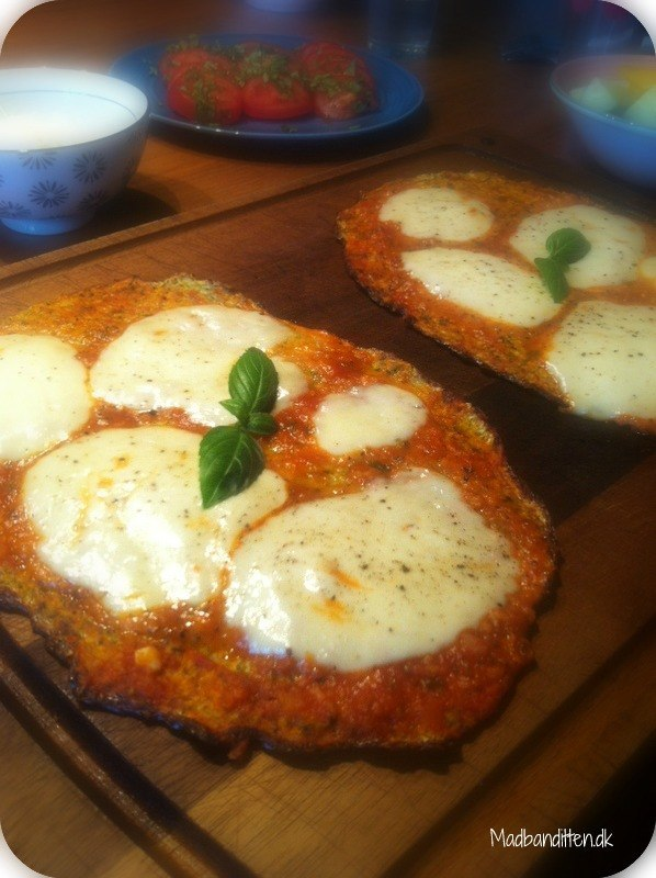 Ostebrød med hvidløg - opskrift på lækre minipizzaer