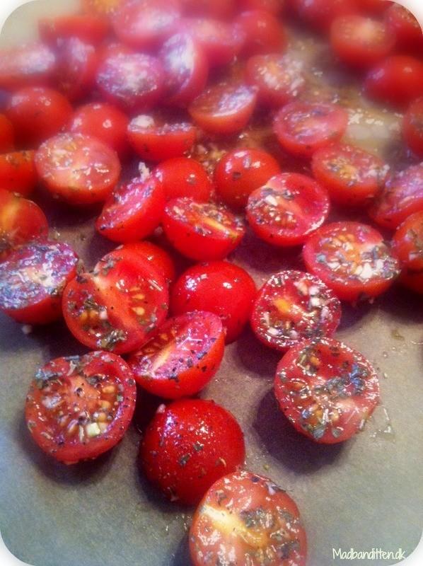 Langtidsbagte tomater med hvidløg og urter - nem opskrift her: Madbanditten.dk
