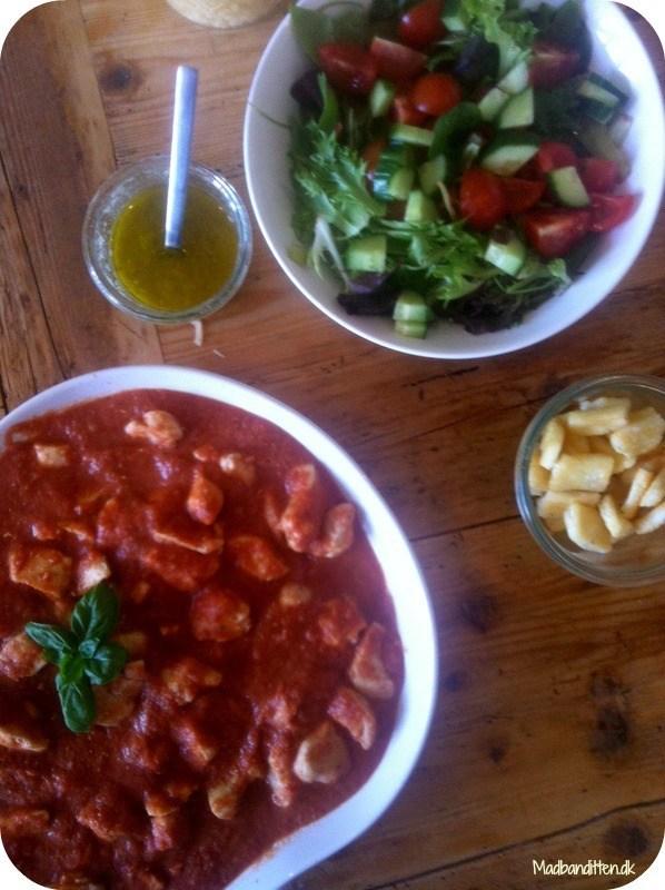 Kylling i cremet tomatsauce med en slags græsk salat
