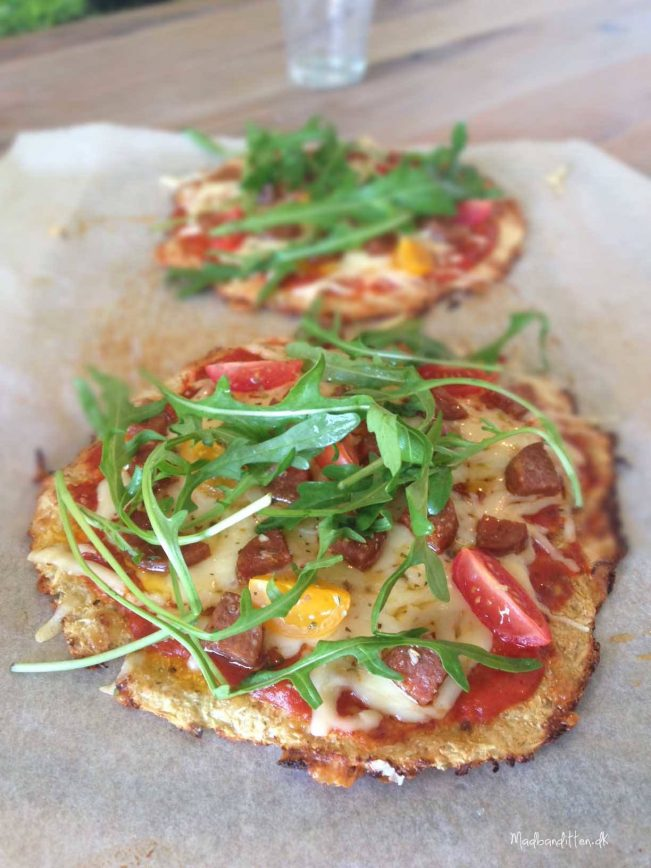 Bedste LCHF pizzabund med sprød, fast bund