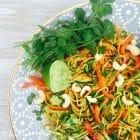 Asiatisk inspireret stir-fry med grøntsagsnudler, cashewnødder og koriander --> Madbanditten.dk