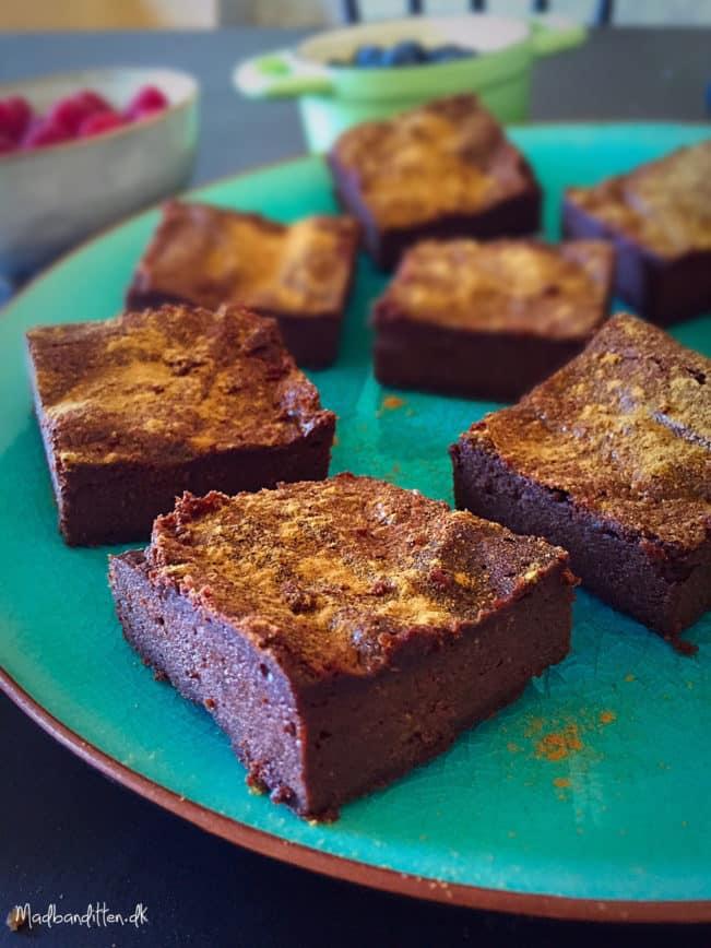 Low carb lakridsbrownie - lækker og nem opskrift på konfektagtig chokoladekage uden mel og med få kulhydrater --> Madbanditten.dk