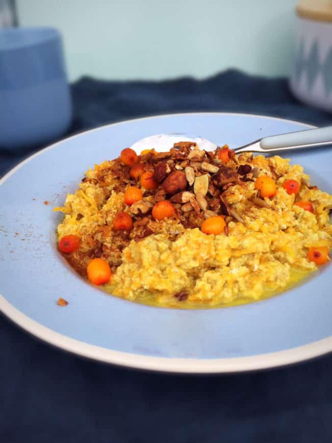 Sund og mættende morgengrød uden kornprodukter men med grøntsager! Ja, det lyder måske lidt skørt men giv denne græskargrød en chance! --> Madbanditten.dk