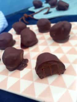 Bløde chokoladetrøfler med chokoladeovertræk - kun 4 ingredienser! --> Madbanditten.dk