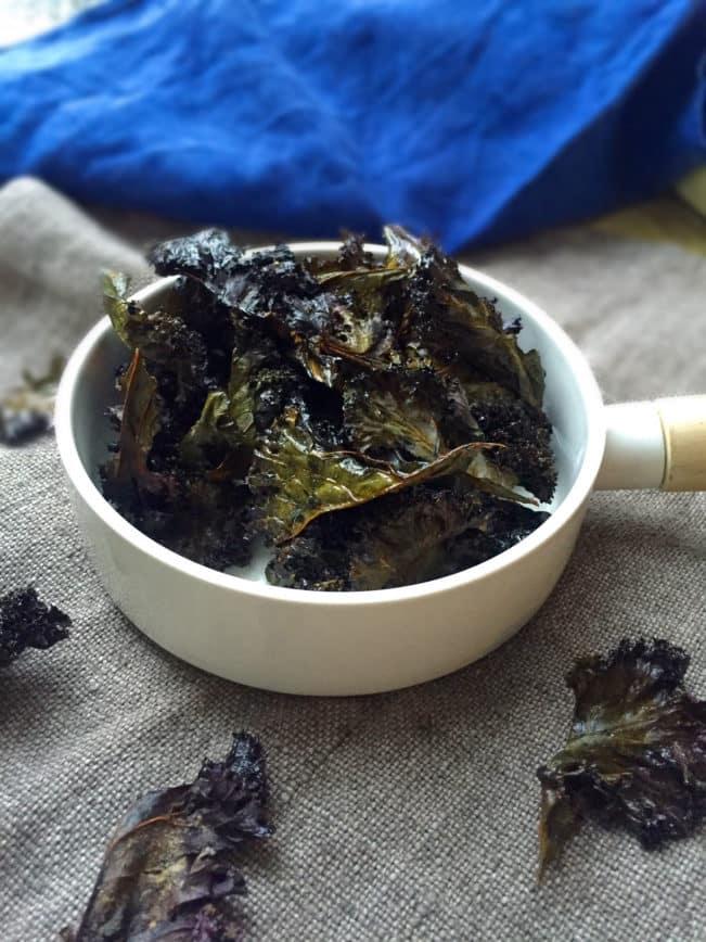 Sprøde grønkålschips - opskrift på sunde chips, du kan spise med god samvittighed --> Madbanditten.dk