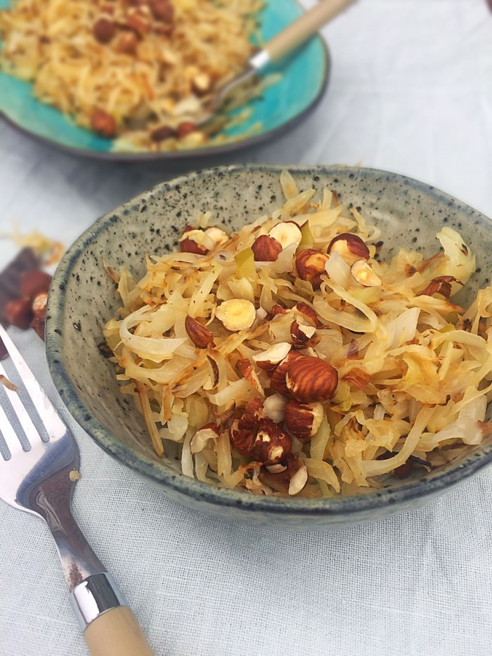 Velsmagende og varmt grøntsagstilbehør til den kolde tid. Stegt hvidkål med æble, chili og hasselnødder. Nem opskrift her: Madbanditten.dk