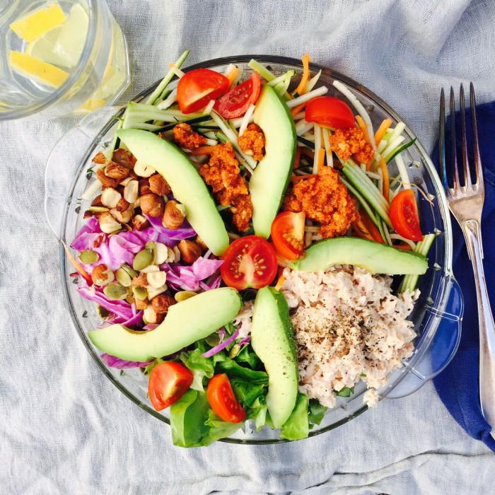Regnbuesalat med tun og ristede hasselnødder. Dejlig sund frokost --> Madbanditten.dk