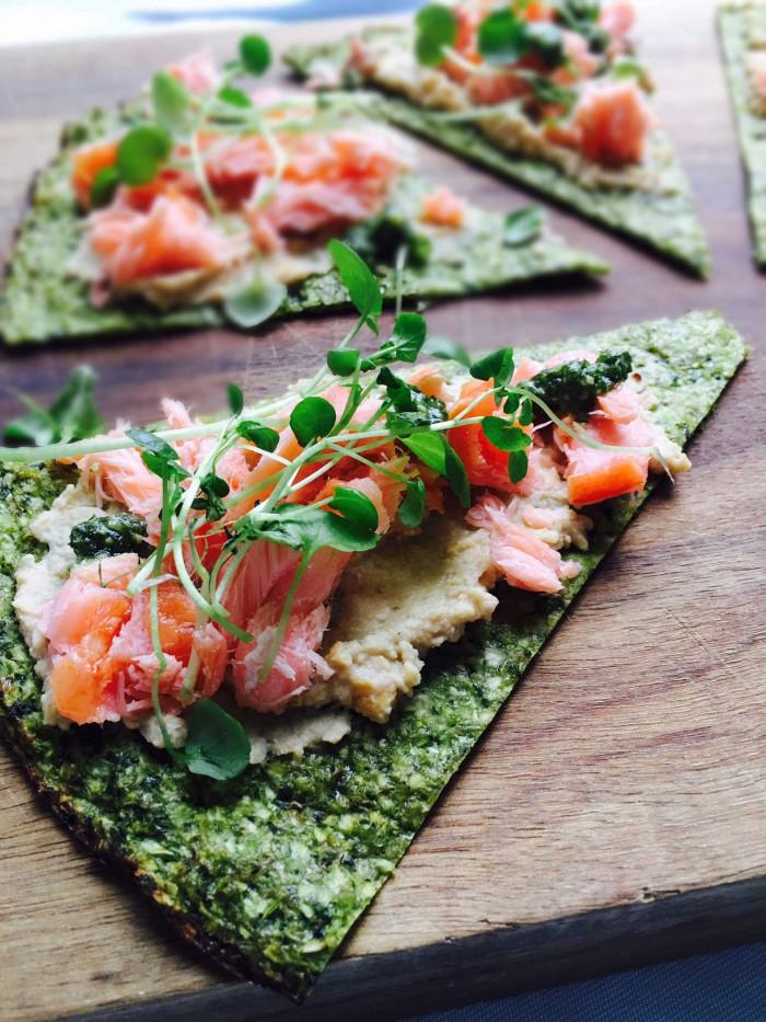 Grøn pizza med humus og laks - dejlig grøn frokost - LCHF, low carb, glutenfri og mælkefri --> Madbanditten.dk