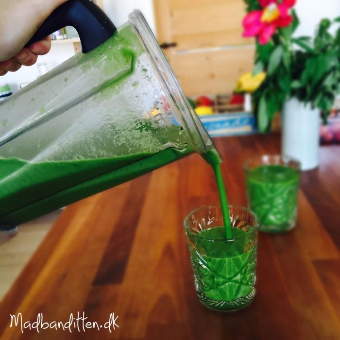Sådan laver du en greenie / grøntsagssmoothie. Få masser af vitaminer indenbords ved at lave grønne drinks. Grundopskrift her --> Madbanditten.dk