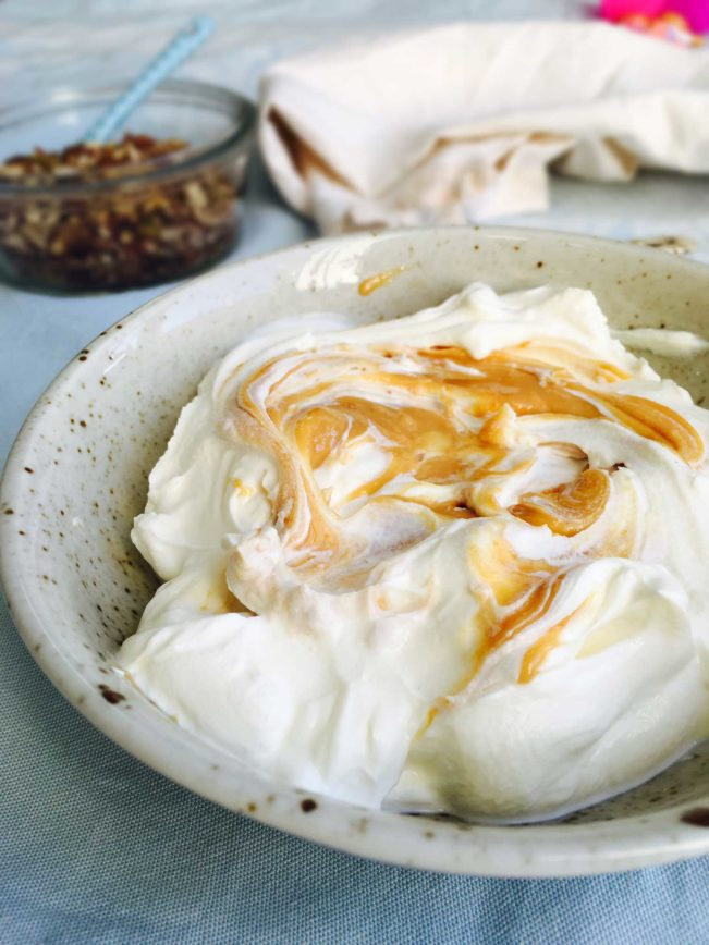Græsk yoghurt med peanutbutter og nøddemysli - lækker og hurtig LCHF-morgenmad uden æg --> Madbanditten.dk