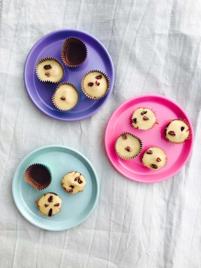Sukkerfrie chokolader med mandelsmør - en uimodståelig lille chokoladegodbid helt uden sukker. Find opskriften her: Madbanditten.dk