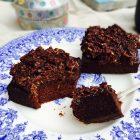Chokoladekage - den du ved nok - lækker glutenfri og sukkerfri opskrift på den dejlige chokoladekage med den snaskede kokostopping --> Madbanditten.dk