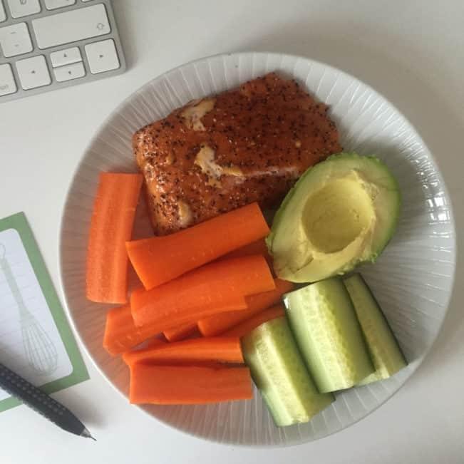 Varmrøget laks med gulerødder og avokado - nem og hurtig LCHF-frokost