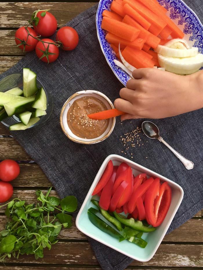 Lækker og cremet miso-dip - genvejen til at få grøntsagerne til at ryge ned! Sukkerfri opskrift --> Madbanditten.dk