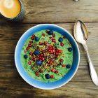 Cremet, proteinrig grøn smoothie-skål med edamamebønner. Opskrift her: Madbanditten.dk