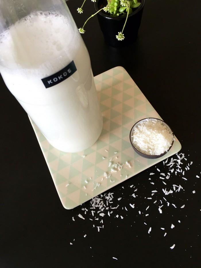 Lav din egen kokosmælk - opskrift på hjemmelavet kokosmælk --> Madbanditten.dk
