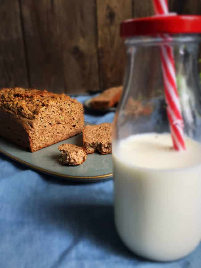 Lækker glutenfri og sukkerfri krydderkage, som gemmer på lidt revet squash. Spis den som kage til eftermiddagskaffen eller som et lille mellemmåltid. Nem opskrift her: Madbanditten.dk