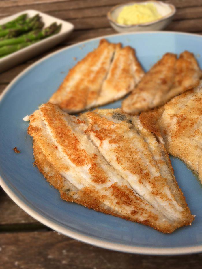 Meunierestegte rødspættefileter - dvs. fisk vendt i mel og stegt i rigeligt smør. Her i en glutenfri og low carb version --> Madbanditten.dk