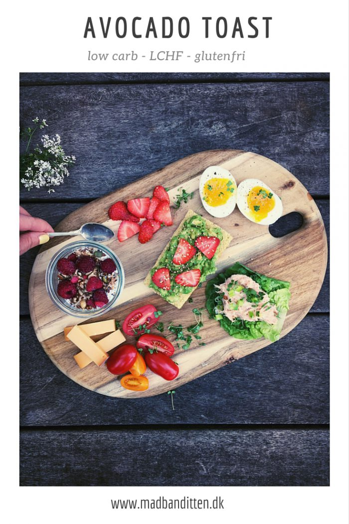 Avocado toast med jordbær og sesam - på low carb toast - glutenfri opskrift --> Madbanditten.dk