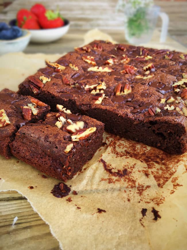 Den perfekte brownie med chiafrø - glutenfri, low carb/LCHF og sukkerfri . Opskrift her: Madbanditten.dk