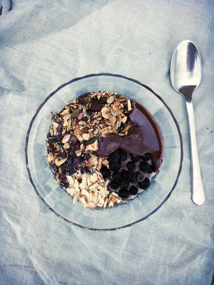 Kakao-chiagrød med mysli, tigernødder og kokos'nutella'