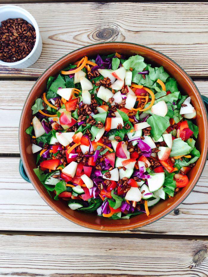 Sommersalat med fersken og sojaristede solsikkekerner