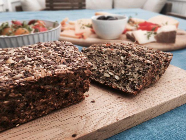Kernebrød med højt proteinindhold, der minder om et godt svampet kernerugbrød - glutenfrit, low carb og high protein. Opskrift her: