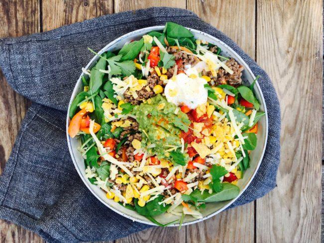 Low carb tacosalat - denne kan du servere, når resten af familien spiser tacos. Toppet med lækker guacamole, salsa og fed cremefraiche. Opskrift her: