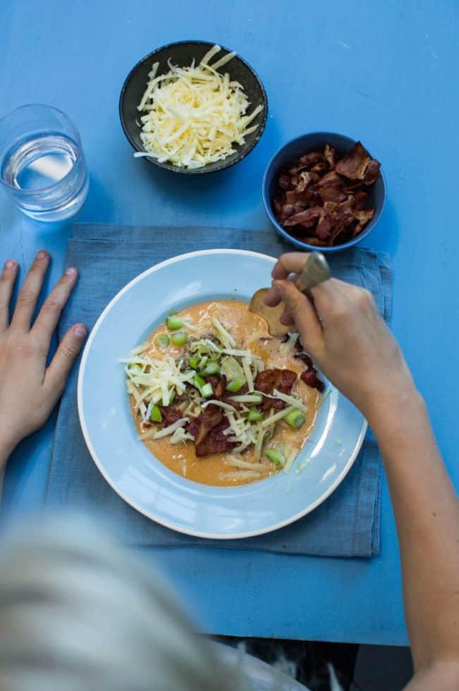 Cheeseburgersuppe - en suppe med hvidkål, der smager af cheeseburger, og som både børn og voksne guffer i sig! Opskrift her: