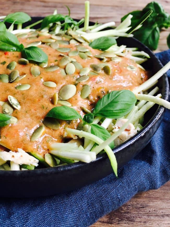 Squash pasta med rå tomatsovs og kylling - sund, let og grøn frokost.