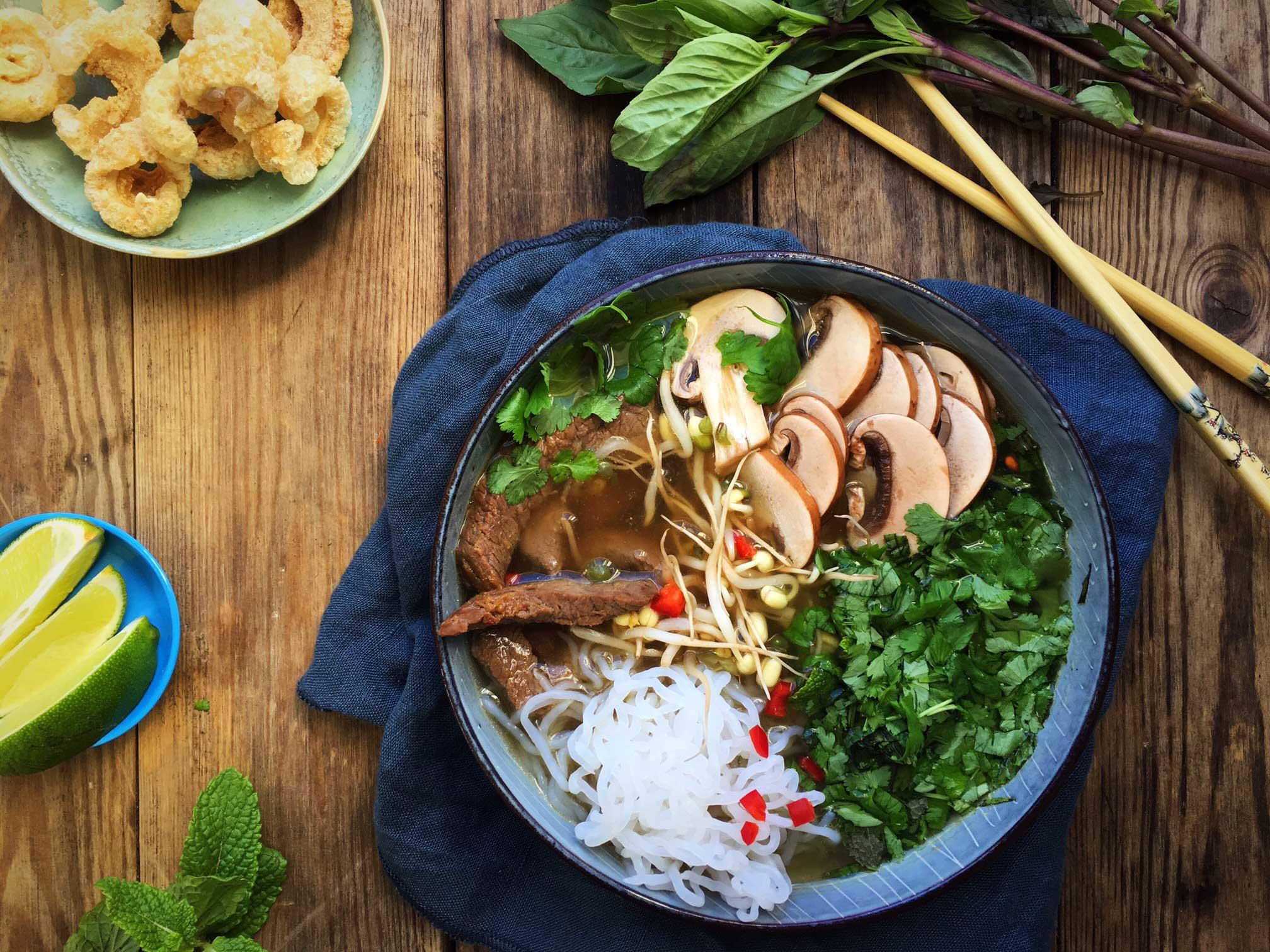 pho suppe vietnamesisk suppe med nudler og oksek d lchf. Black Bedroom Furniture Sets. Home Design Ideas
