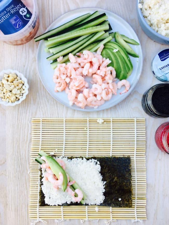 Sushi cone - sushi lavet i et lille kræmmerhus af nori tang. Perfekt til håndholdt sushi. Her i LCHF-verision med blomkåls-sushi-ris men du kan sagtens bruge almindelige ris også. Se den sunde sushi-opskrift her: