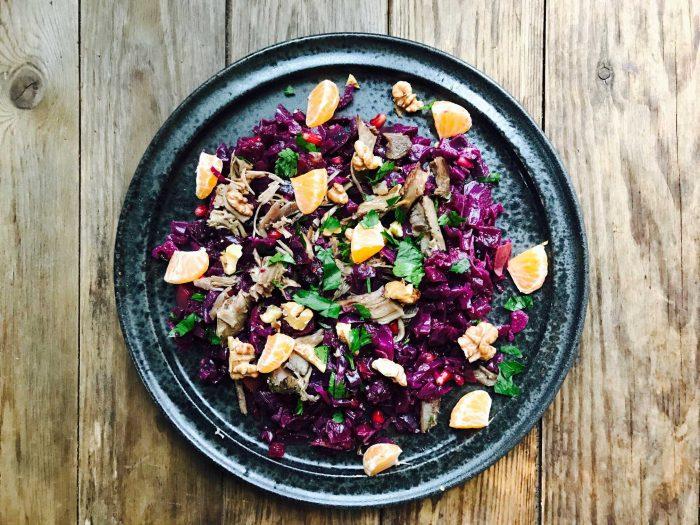Salat af julerester med rødkål, and og ristede valnødder
