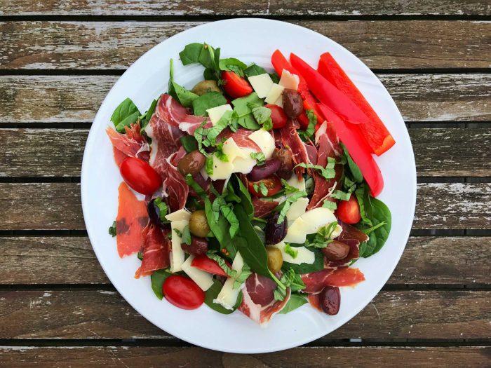 Salat med Serrano, oliven og rucola