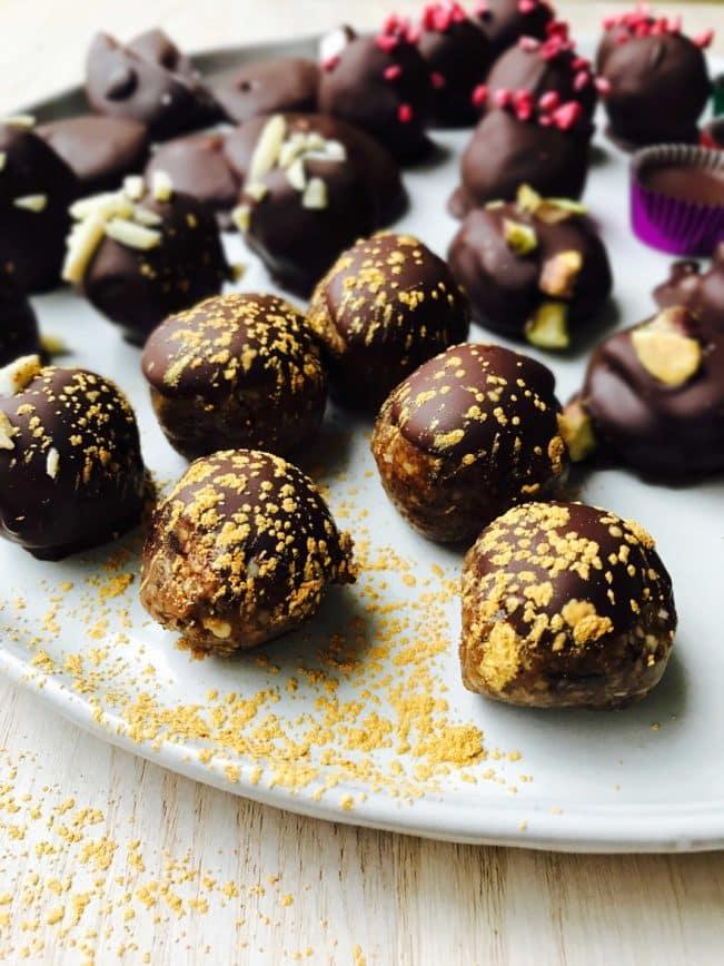 Dadelkugler med appelsin og chokolade - sunde julegodter af naturlige ingredienser. Opskrift her: