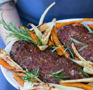 Farsbrød og bagte rødder med rosmarin