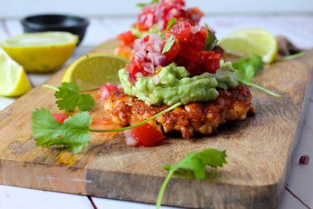 Low carb lakseburger med guacamole og salsa
