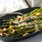 Grillede asparges med hvidløgssmør, parmesan og ristede mandler - lækker, sommerlig opskrift. Perfekt grill-tilbehør