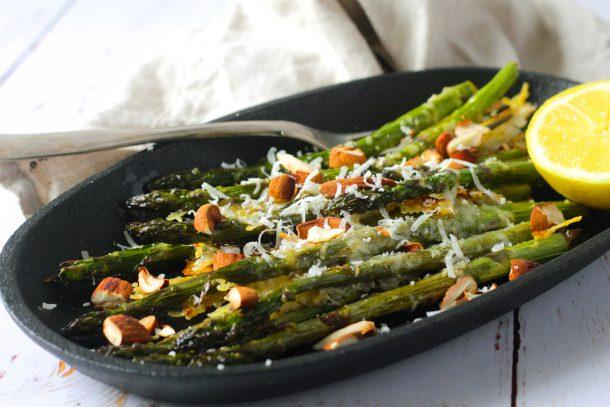 Grillede asparges med hvidløgssmør, parmesan og ristede mandler