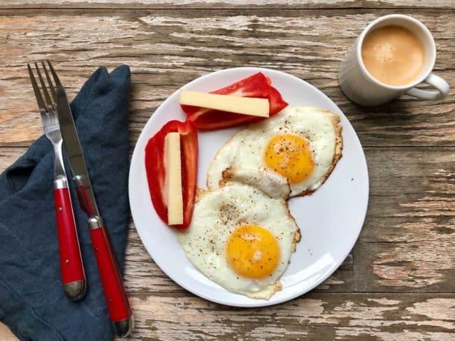 Morgenmad - smørstegte spejlæg med peberfrugt og ost