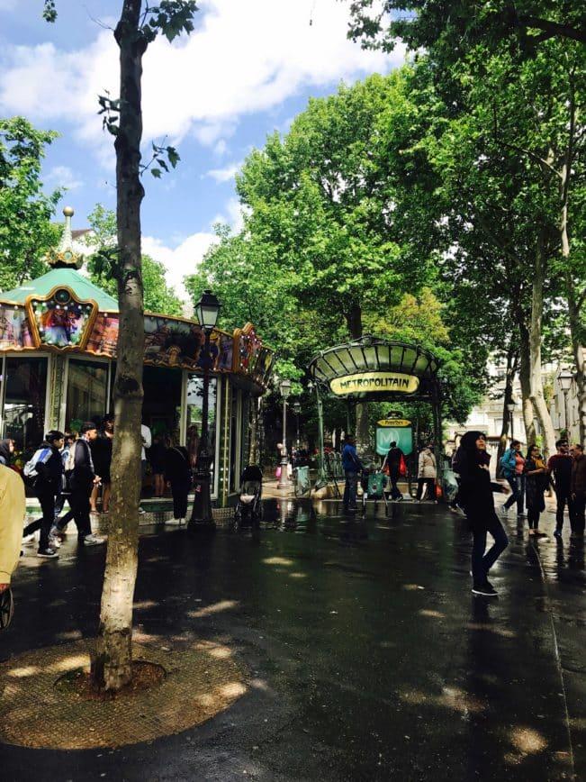 Mandagstanker om at være alene i byernes by. Postkort fra Paris.