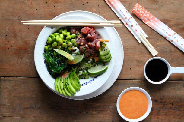 Poke bowl med tun, avocado og edamamebønner og stærk chilidressing