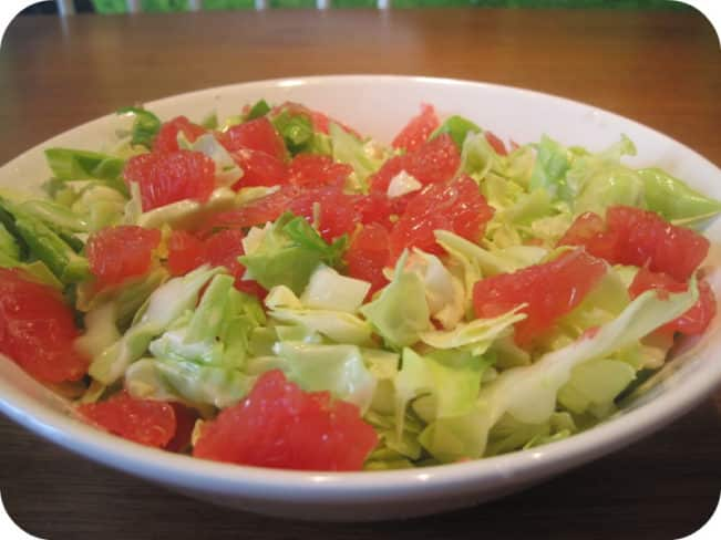 Sommersalat med spidskål og rød grape