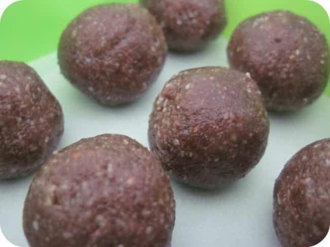Peberkagekugler - opskrift på dadelkugler med pebernøddesmag
