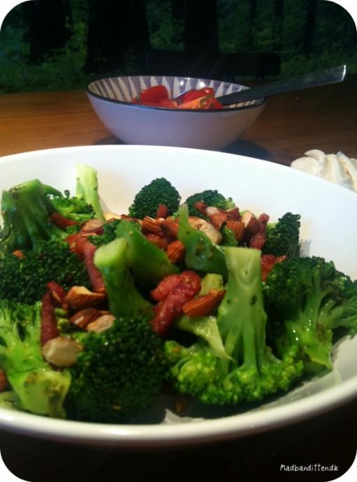 broccolisalat med bacon og ristede mandler