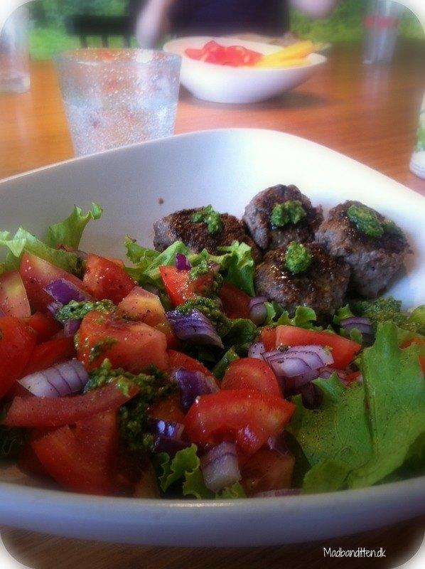Oksekødsfrikadeller med salat og pesto
