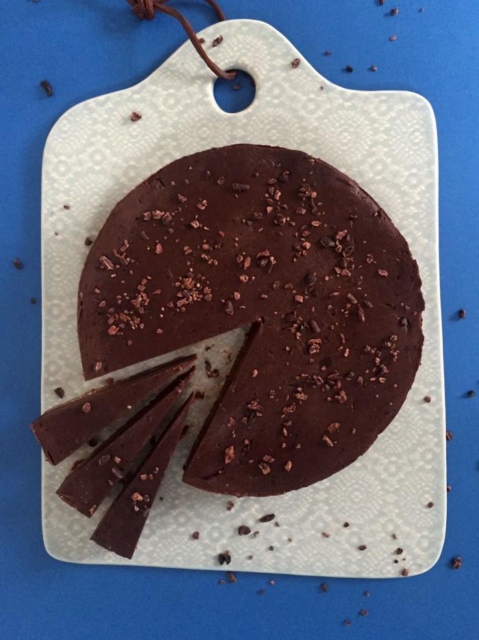 Raw chokoladekage - fyldig og intens chokoladesmag med 100% naturlige ingredienser. Opskrift her --> Madbanditten.dk