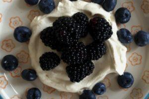 Bær med vaniljeflødeskum
